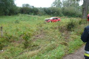Po dachowaniu koło Liwy kierowca trafił do szpitala