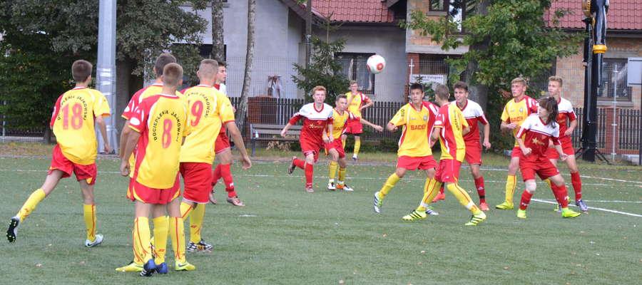 Juniorzy młodsi AP Ostróda (czerwone stroje) pokonali GKS Wikielec 5:0