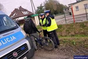 Policjanci z ruchu drogowego rozdawali rowerzystom i pieszym odblaski