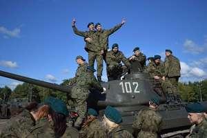 """Mundurowi uczniowie z """"Petofiego""""  na poligonie w Żaganiu"""