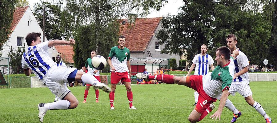 Piotr Trafarski (oddaje strzał) i Piotr Kozłowski to dwaj najgroźniejsi zawodnicy MKS-u. Czy w sobotę poprowadzą swój zespół do zwycięstwa?