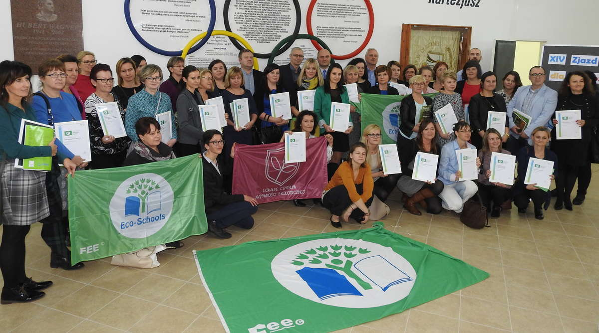 Wspólne zdjęcie po wręczeniu certyfikatów Zielonej Flagi - full image