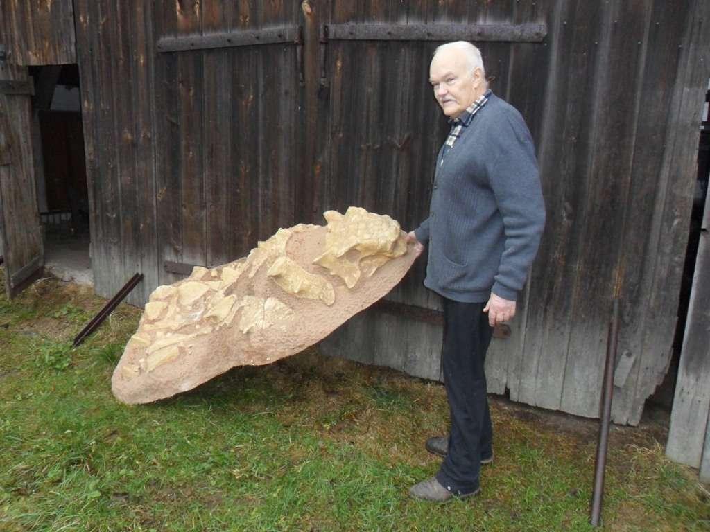 Wojciech Skarżyński z gipsowym odlewem jednego z dinozaurów - full image