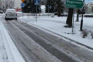Pierwszy atak zimy zaskoczył kierowców. Drogowcy w Olsztynie wysypali 80 ton soli