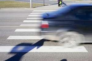 Policjanci edukują jak bezpiecznie przechodzić przez jezdnię
