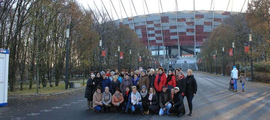 Gospodynie na tle Stadionu Narodowego w Warszawie