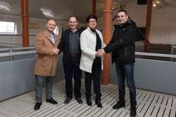 Właściciele tuczarni państwo Łydzińscy z miejscowości Petrykozy wraz z przedstawicielami firmy Marco-Polo