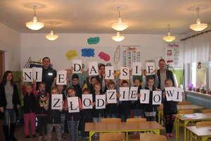 Miś Postek i Bóbr Gapcio wspierali dzielnicowego na spotkaniach z dziećmi