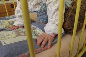 Ojciec oskarżony o zabójstwo i  znęcanie się nad dwumiesięcznym dzieckiem stanie przed sądem. Chłopiec miał pękniętą czaszkę i uszkodzony mózg