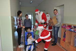 Mikołajowa rodzina odwiedziła kilka placówek w powiecie