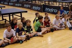 Pingpongowe mikołajki w Morlinach Ostróda, dzieci spotkały przy stołach