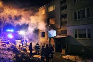 Pożar strawił całe mieszkanie i zabił jedną osobę. Gmina prosi o pomoc