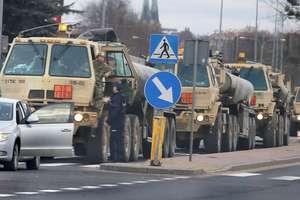 Konwój wojsk amerykańskich zatrzymany przez policję na Sielskiej w Olsztynie