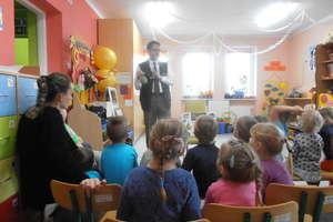 Leśniczy odwiedził dzieci z Przedszkola Gminnego Nr 1 w Bartoszycach.
