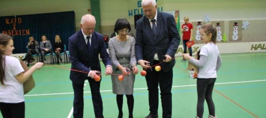 """Uroczyste rozpoczęcie imprezy sportowo - edukacyjnej """"Rajd z jabłkiem"""" w SP nr 12 w Elblągu"""