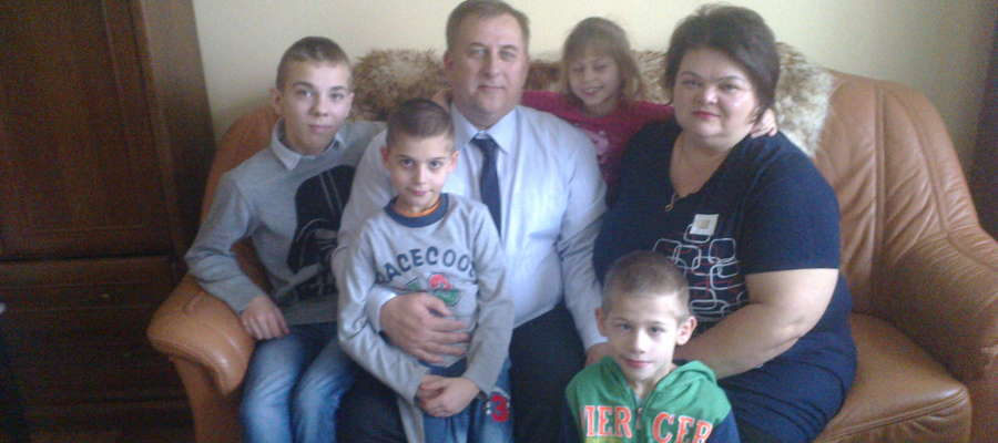 Państwo Skowrońscy i ich podopieczni: Nikola, Wojtuś, Mateusz i Mariusz.