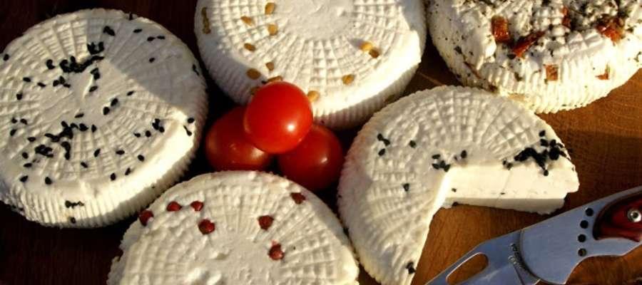 Smaki serów wzbogacane są przez ekologiczne zioła: czarnuszkę (pieprz ubogich), kozieradkę, czosnek niedźwiedzi, bazylię, suszone pomidory oraz czerwony pieprz