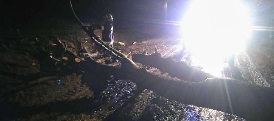 Drzewo zablokowało drogę Grzęda - Wojkowo. Usuwali je strażacy OSP Sątopy-Samulewo.