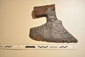 Zamiast niewybuchów znaleźli topory i naszyjnik sprzed 2500 lat!