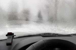 Kierowcy uważajcie: IMGW ostrzega przed marznącym deszczem i gołoledzią