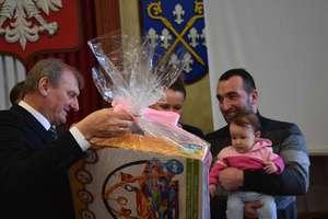 Władze gminy Iława nie zapominają o swoich nowych obywatelach. Cztery rodziny otrzymały wyprawki [ZDJĘCIA]