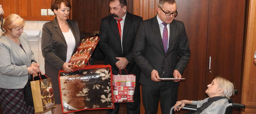 Życzenia składa delegacja gminy Kurzętnik