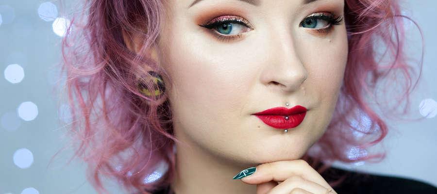 Red Lipstick Monter prezentuje idealny makijaż na imprezę