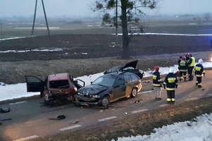 Zderzenie trzech aut. Śmigłowiec zabrał rannego pasażera do szpitala