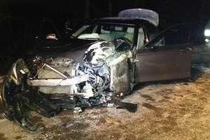 BMW uderzyło w drzewo. Ranna kobieta trafiła do szpitala