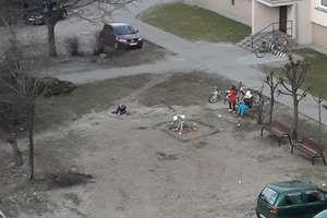 Dzieci z ul. Wiejskiej 2 nie mają się gdzie bawić, więc same zbudowały piaskownicę