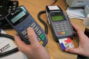 Coraz więcej transakcji bezgotówkowych. Karta będzie popularna także w urzędach?