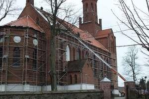 Jest nowy dach, żyrandole i witraże, będzie nowa wieża