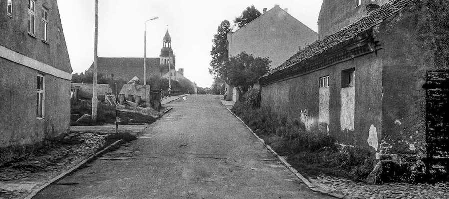 Bisztynek w roku 1986. Miejsce, które zupełnie zmieniło wygląd. Budynek po prawej (kuźnia i kamienica) został zburzony. Po lewej powstał sklep spożywczo - przemysłowy.