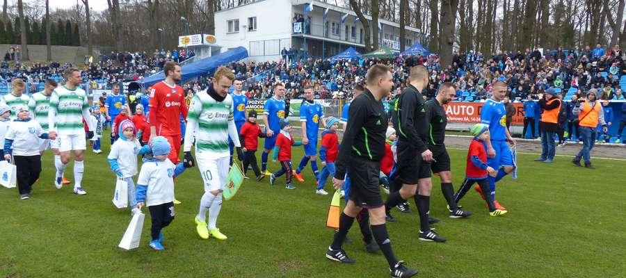 Do towarzyskiego meczu Jezioraka z Lechią doszło także w 2017 roku, tu obie jedenastki wychodzą na boisko stadionu w Iławie (Lechię wyprowadza Sebastian Mila, Jezioraka Krzysztof Kressin)