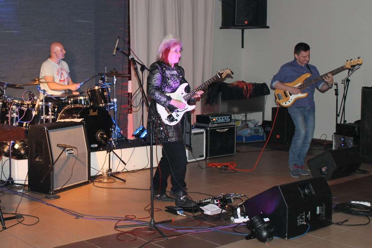 Jennifer Batten wraz z innymi muzykami w Lubawie zagrała dwa lata temu - full image