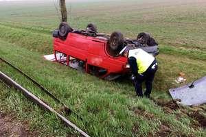 Pijany kierowca dachował busem w przydrożnym rowie