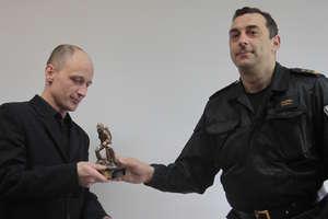 Strażacy nagrodzili mężczyznę, który wyciągnął z Łyny paralotniarza