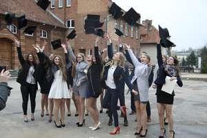 Szkoły pożegnały maturzystów. Zobacz zdjęcia z LO