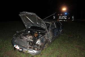 Na zakręcie pojechał prosto. 24-letni kierowca w szpitalu. Prawdopodobnie był pijany