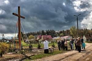 Nowy krzyż przydrożny w Krzewinie