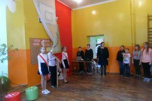 Apel w szkole w Krawczykach z okazji świąt majowych. ZDJĘCIA I FILM