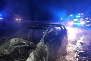 Toyota spłonęła na drodze