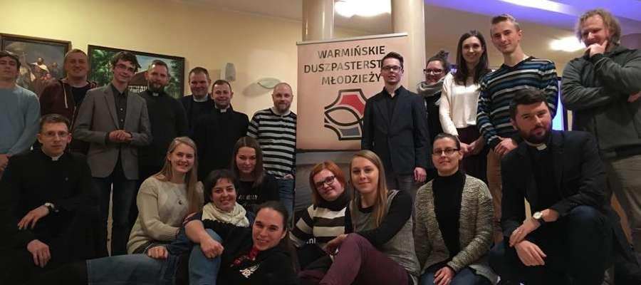 Zespół ds. młodych jest inicjatywą ponadwspólnotową. Ks. Radosław w dolnym rzędzie - pierwszy od prawej.