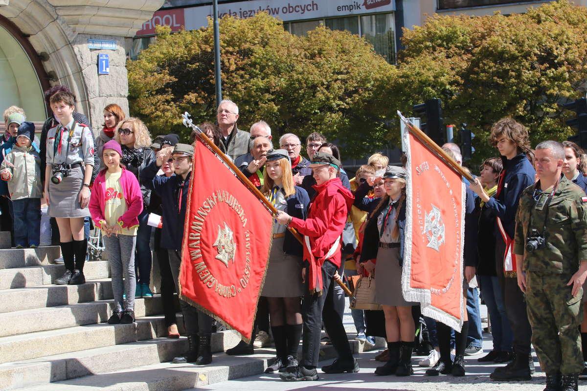 Dzień Flagi w Olsztynie: tort w narodowych barwach i 600 flag na ulicach [ZDJĘCIA] - full image