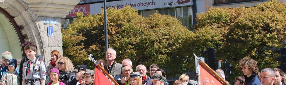 Dzień Flagi w Olsztynie: tort w narodowych barwach i 600 flag na ulicach [ZDJĘCIA]