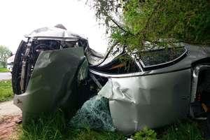 Wypadek w Glince. Auto bokiem uderzyło w drzewo