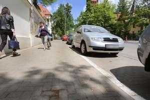 [WRACAMY DO TEMATU] Zaparkował przy kamienicy przy ul. Kopernika w Olsztynie. Czy złamał przepisy?