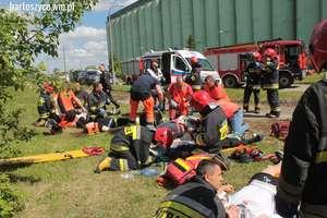 Jedna osoba nie żyje, dziesięcioro maturzystów i dziecko ranne. Ćwiczenia służb ratunkowych
