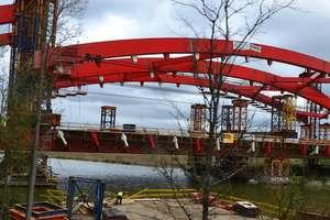 """Most na """"siódemce"""" idzie w górę! Waży 800 ton"""