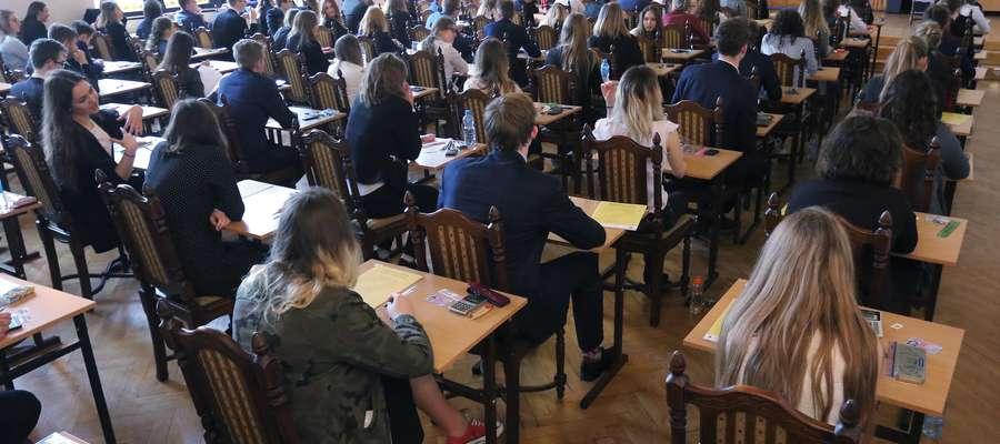 Zdjęcie jest ilustracją do tekstu.  Matura 2017: Olsztyn - I Liceum Ogólnokształcące im. Adama Mickiewicza - egzamin maturalny z matematyki.